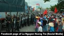 Cảnh sát và người biểu tình đối mặt nhau trên quốc lộ 1 ở Bình Thuận, 11/6/2018
