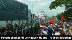 Người dân đối mặt với cảnh sát cơ động tại Bình Thuận, 10 tháng Sáu.