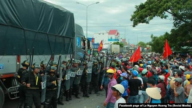 Dân Bình Thuận đối mặt cảnh sát cơ động trong cuộc biểu tình chống dự luật đặc khu tại Bình Thuận.
