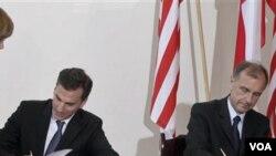 Dutabesar AS Lee Feinstein (kiri) dan Menteri Pertahanan Polandia Bogdan Klich dalam acara penandatanganan perjanjian di Warsawa (13/6).