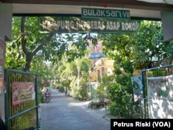 Kampung Bulaksari RT.7 RW.6 Kelurahan Wonokusumo, Surabaya, yang mencanangkan diri sebagai Kampung Bebas Asap Rokok (foto: VOA/ Petrus Riski)