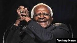 남아프리카 공화국의 인권 운동가이자 노벨 평화상 수상자인 데스몬드 투투 대주교(자료사진)