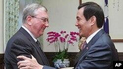 台湾总统马英九8月17日接见来访的美中经济与安全审议委员会成员