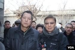 赵紫阳的儿子赵二军接受美国之音采访后和记者东方合影(美国之音东方拍摄)