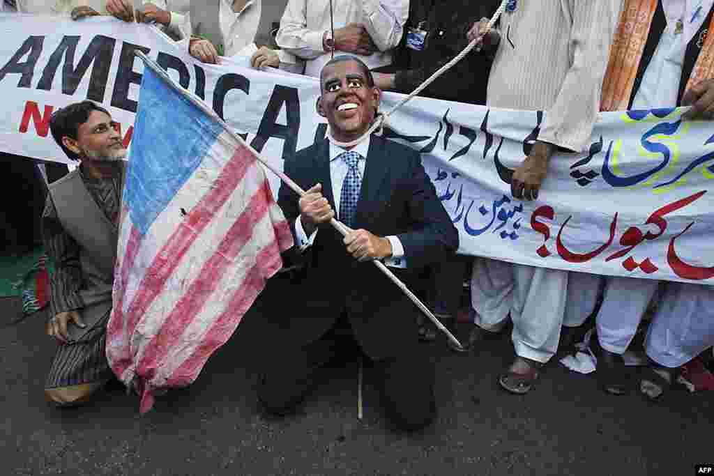 Ủng hộ viên của nhóm 'Mạng lưới Nhân quyền' đeo mặt nạ của Tổng thống Barack Obama với một thòng lọng quanh cổ trong cuộc biểu tình chống Mỹ ở Karachi, Pakistan, ngày 26/2/2012