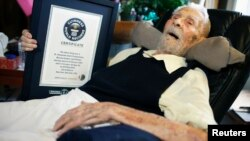 El doctor Alexander Imich con el certificado de Guinness que lo acredita como el hombre más viejo del mundo.