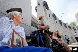 Veteranos en el Monumento a los Héroes de la Segunda Guerra Mundial en Washington D.C.