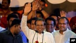 斯里兰卡总统西里塞纳向支持者招手。(2018年11月9日)