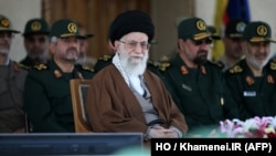 伊朗最高领袖哈梅内伊(中)