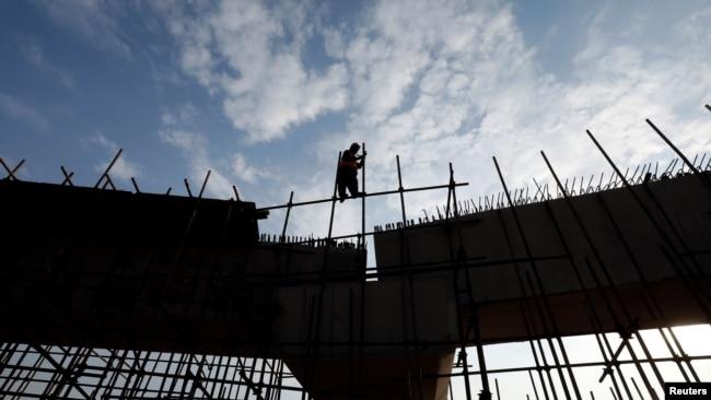 ماہرین کے مطابق سیمنٹ کی فروخت میں حالیہ اضافہ کی اصل وجہ تعمیراتی سیکٹر میں کی جانے والی سرمایہ کاری ہے۔ (فائل فوٹو)