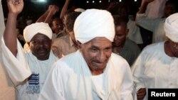 FILE - Sadiq al-Mahdi (C) in Khartoum, Apr. 2010.
