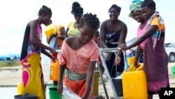 Seorang anak perempuan mengambil air di lokasi penampungan untuk penyintas siklon Idai di Beira, Mozambik, Selasa, 2 April 2019 (foto: AP Photo/Tsvangirayi Mukwazhi)