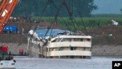 """""""东方之星""""游船于6月5日被打捞出水。"""