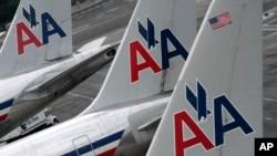 停靠在纽约肯尼迪国际机场的美国航空公司飞机(资料照片)