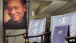 Chiếc ghế danh dự bỏ trống được trang trọng đặt tấm Bằng tặng thưởng lớn với tên ông Lưu Hiểu Ba