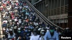 台湾台北街头早高峰时间戴着口罩骑车的市民。(2021年7月13日)