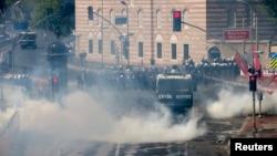 Столкновения между полицией и демонстрантами в центре Стамбула. Турция. 1 мая 2013 г.