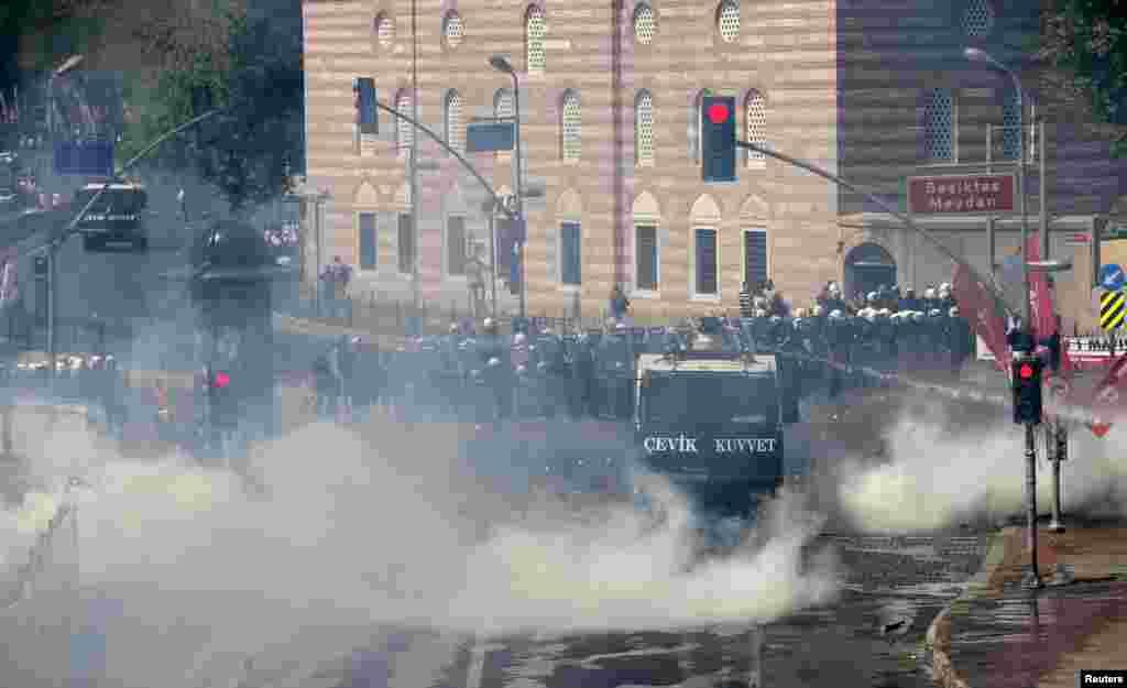 Suzavcem protiv prvomajskih demonstranata u Istanbulu.
