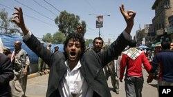 一名也门反政府示威者打出胜利的手势