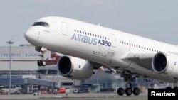 Pesawat Airbus A350 lepas landas dari kantor pusat perusahaan itu di Colomiers dekat Toulouse, Perancis, 27 September 2019.