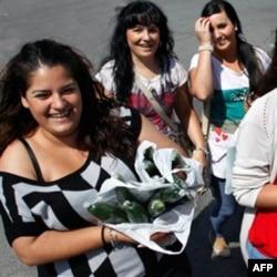 İspanyol hanımlar bedava dağıtılan salatalıklarla