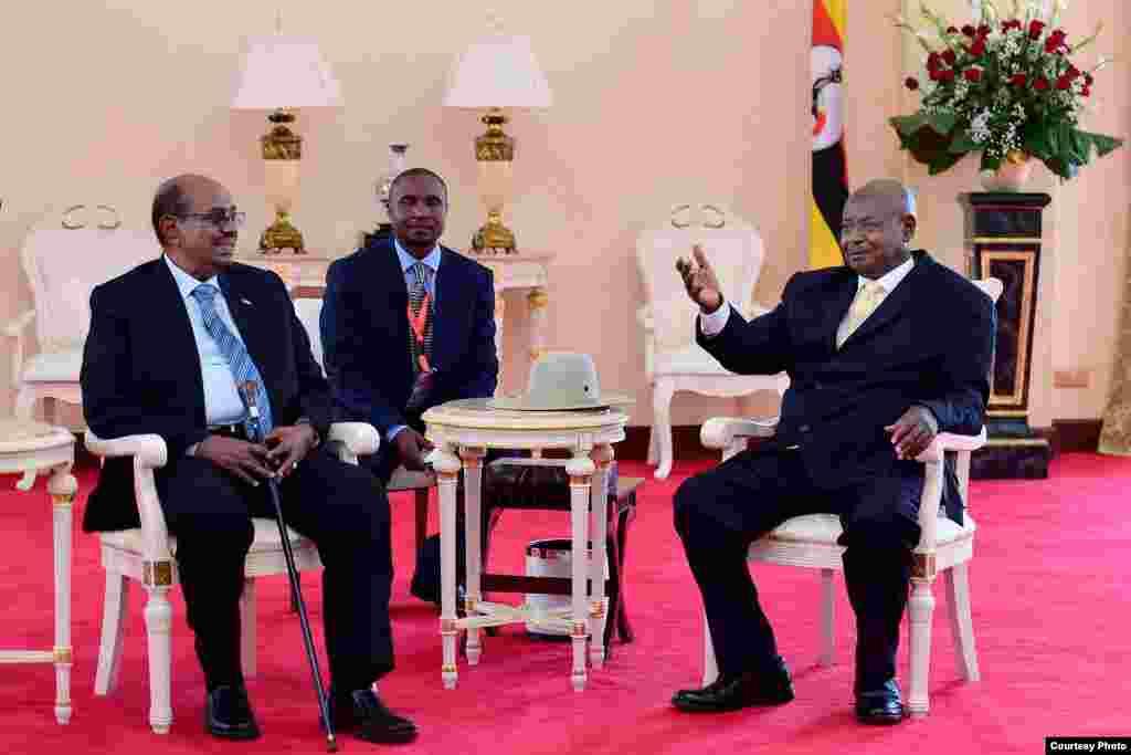 Rais Yoweri Museveni akimkaribisha Rais Omar al Bashir