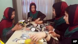 Tim robotika pelajar putri Afghanistan berlatih di Herat sebelum berangkat ke Washington DC (foto: dok).