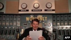 Президент США Рональд Рейган в субботу 9 ноября 1985 года в студии «Голоса Америки» в Вашингтоне записывает традиционное еженедельное радиообращение, затем транслировавшееся на СССР