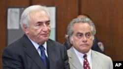 دومينیک استراسخان، رئیس پیشین صندوق بینالمللی پول، (چپ) در کنار وکيل خود در دادگاه