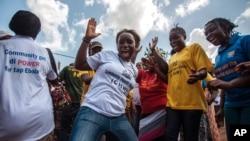 Des femmes célèbrent la fin déclarée d'Ebola à Freetown en Sierra Leone, le 7 novembre 2015.