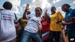 Des femmes célébrant la disparition du virus Ebola en Sierra Leone, le 7 novembre 2015. Source : AP
