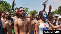 Mahasiswa Papua dari Jakarta, Tangerang dan Bogor menggelar unjuk rasa di depan istana presiden, Kamis, 22 Agustus 2019. (Foto: VOA / Fathiyah)