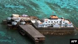 Trung Quốc dựng cờ trên một trong 2 kiến trúc mới xây trên một một đảo trong quần đảo Trường Sa