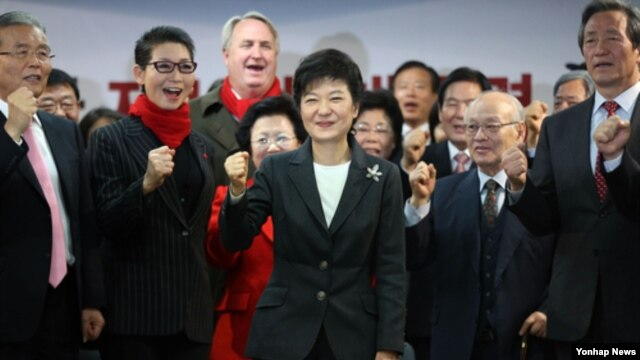 20일 새누리당 당사에서 열린 중앙선거대책위원회 해단식에 참석해 당직자들과 함께 구호를 제창하는 박근혜 한국 대통령 당선인.