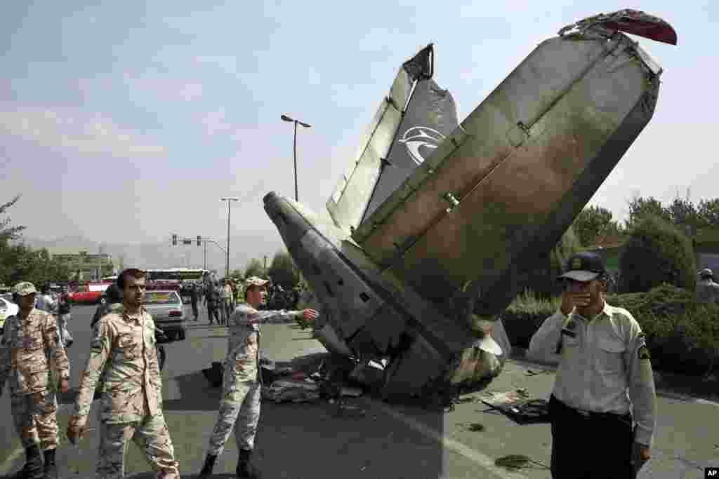 تحقیقات مأموران پلیس و سپاه در محل سقوط هواپیما - تهران، ۱۹ مرداد ۱۳۹۳