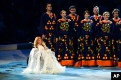 Yuliya Samoylova 2014-yilda Qrimda qo'shiq ijro etgan, Qishki paralimpiya o'yinlari ochilish marosimida