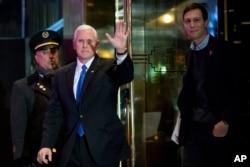 ຮອງປະທານາທິບໍດີ ທີ່ຖືກເລືອກໃໝ່ ທ່ານ Mike Pence, ທີສອງຈາກຊ້າຍ ແລະທ່ານ Jared Kushner ລູກເຂີຍຂອງ ທ່ານ Donald Trump.