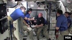 El comandante Mark Kelly, esposo de la congresista Gabrielle Giffords, a su arribo a la Estación Espacial Internacional.