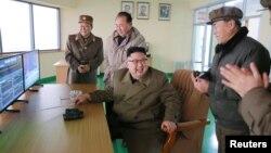 북한 김정은 노동당 위원장이 지난달 18일 서해위성발사장에서 신형 고출력 로켓엔진 지상분출시험을 참관했다.