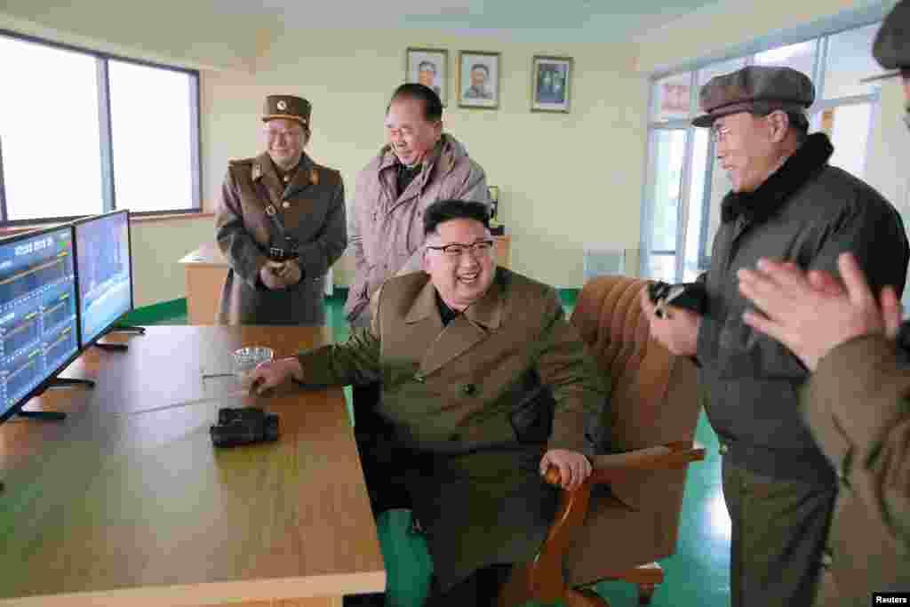 북한 김정은 국무위원장이 18일 서해위성발사장에서 실시한 신형 고출력 로켓엔진 지상분출실험을 참관했다.