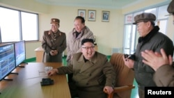 Ông Kim Jong Un chứng kiến vụ thử nghiệm động cơ tên lửa hôm 19/3.