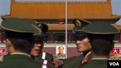 Sejumlah polisi paramiliter Tiongkok melakukan patroli di Lapangan Tiananmen di Beijing, yang dikenal dalam tragedi penumpasan aktivis pro demokrasi oleh militer Tiongkok.