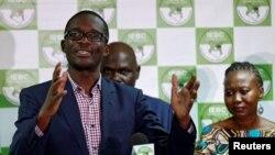 Ezra Chiloba, directeur exécutif de la Commission électorale (IEBC), avant-plan, donne un discours à Nairobi, Kenya, 6 juillet 2017.