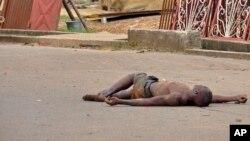 Le corps sans vie d'une victime présumée du virus à Ebola à Monrovia, au Libéria (AP)