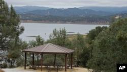Sebuah tempat piknik di tepi danau Berryessa dengan latar belakang sebagian wilayah monument national terbaru di California, Berryessa Snow Mountain (10/7).