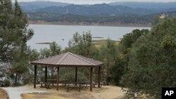 Место для пикника у озера. Заповедник Снежные горы Беррьесса в Калифорнии (Berryessa Snow Mountain).