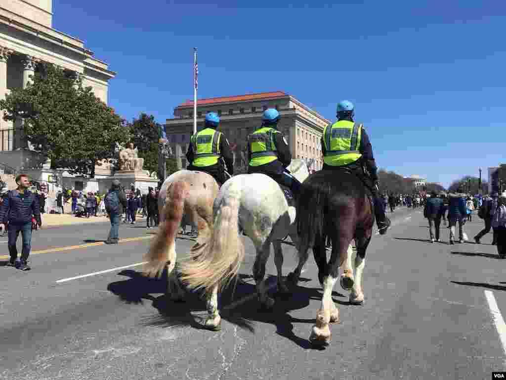 La seguridad fue extrema pero no obstaculizó la Marcha por Nuestras Vidas en Washington D.C. Foto: Esha Sarai, VOA.