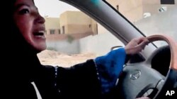 Wata mace tana tuka mot a kasar Saudiya.