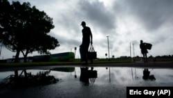 Ljudi se evakuišu u Port Arturu, u Teksasu, pred dolazak uragana Lora (Foto: AP/Eric Gay)
