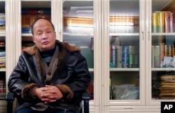 """2003年在拆迁案中以""""向境外非法提供国家机密罪""""而被判刑三年的上海律师郑恩宠。(资料照)"""